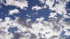 白云在蓝天上飘动