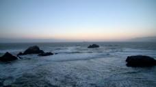 海水拍打沙滩上的岩石
