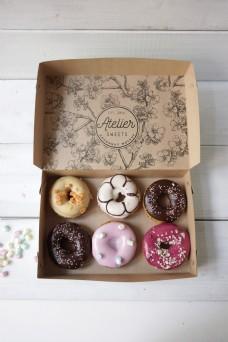 甜甜圈包装盒logo样机模板