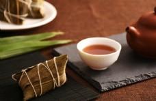 传统粽子和茶水